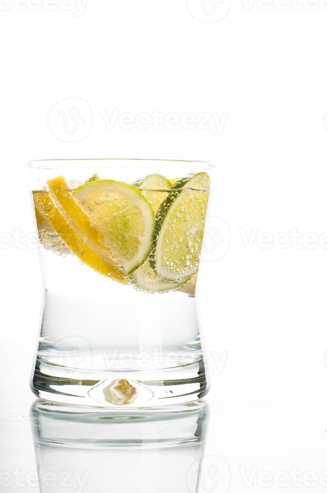 copo de água com uma fatia de limão foto