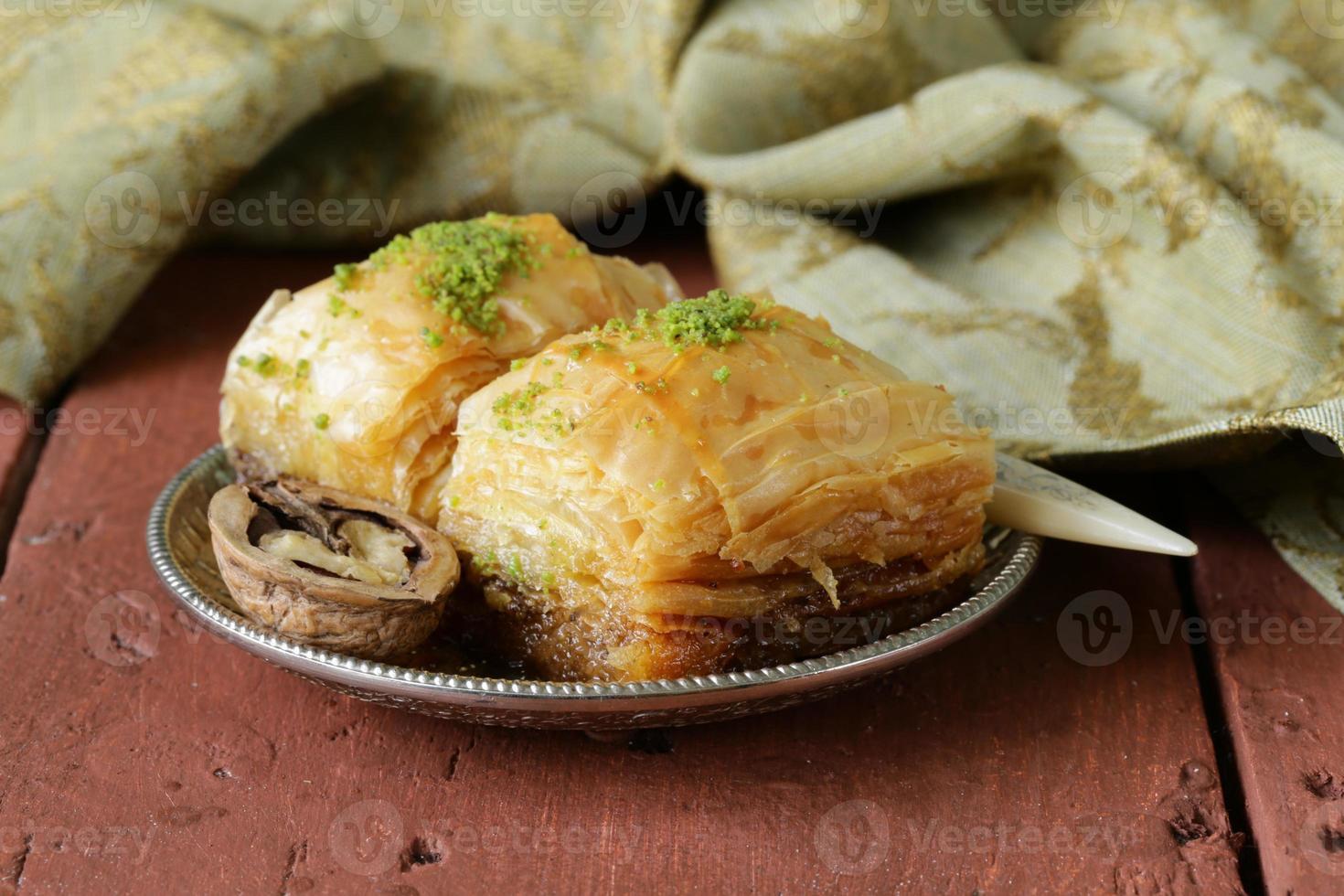 baklava de sobremesa árabe turca com mel e nozes foto