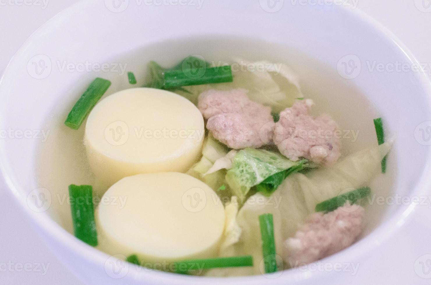 sopa clara de tofu foto