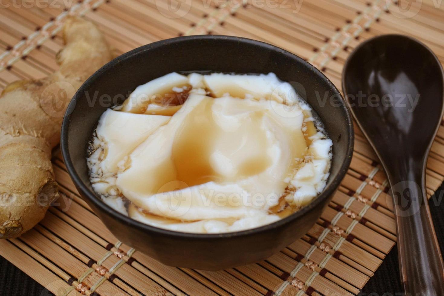 tofu na sobremesa com calda de gengibre foto