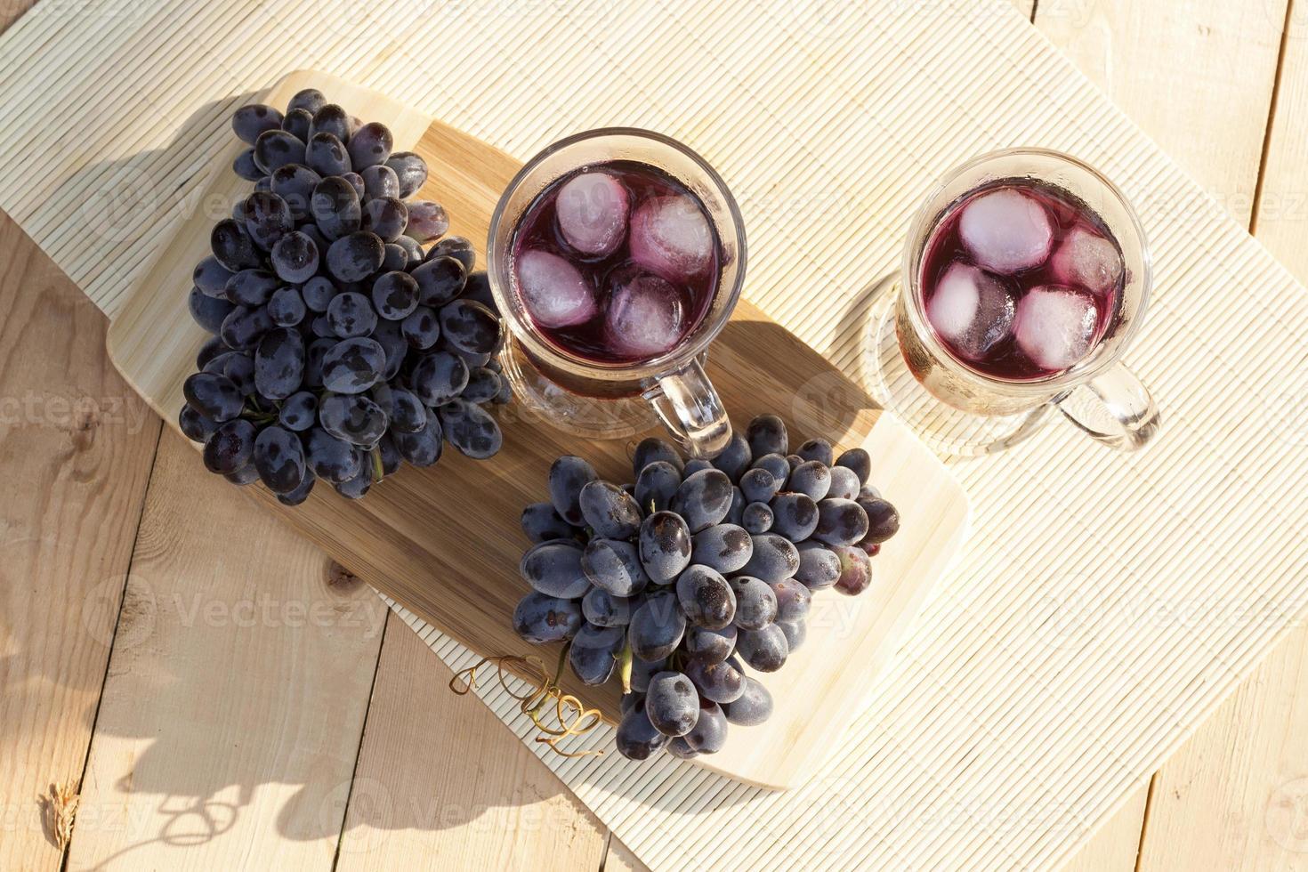 suco de uva e uvas azuis frescas foto