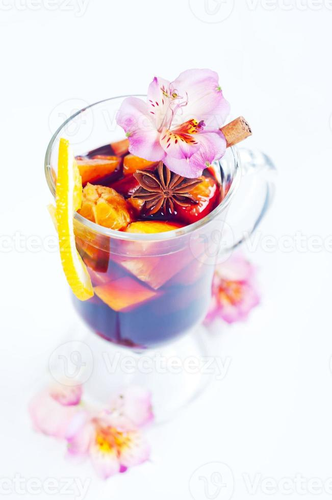 flores e vinho quente em vidro foto
