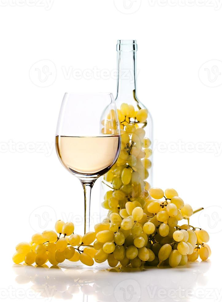 uva e vinho no fundo branco foto