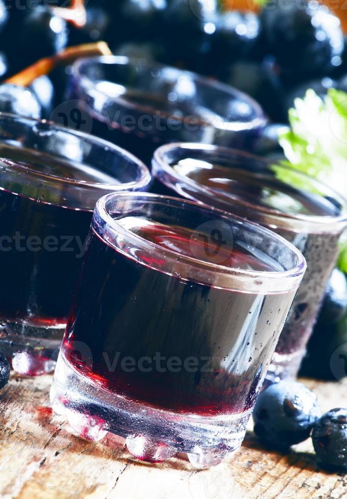 suco de uva escuro fresco e frutas frescas foto