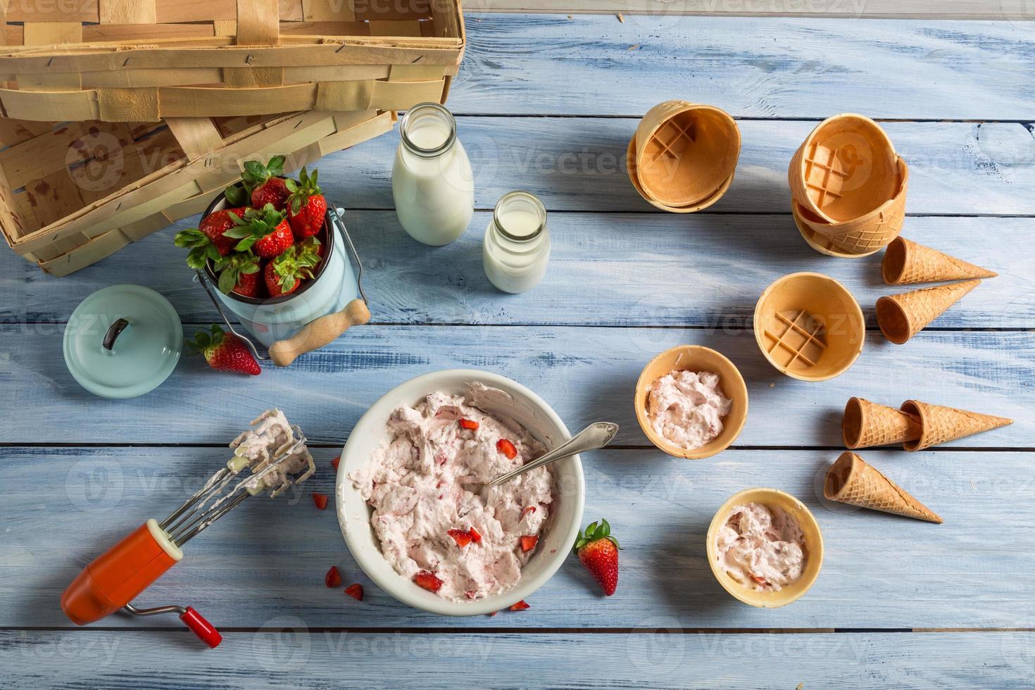 preparando sorvete caseiro de frutas foto