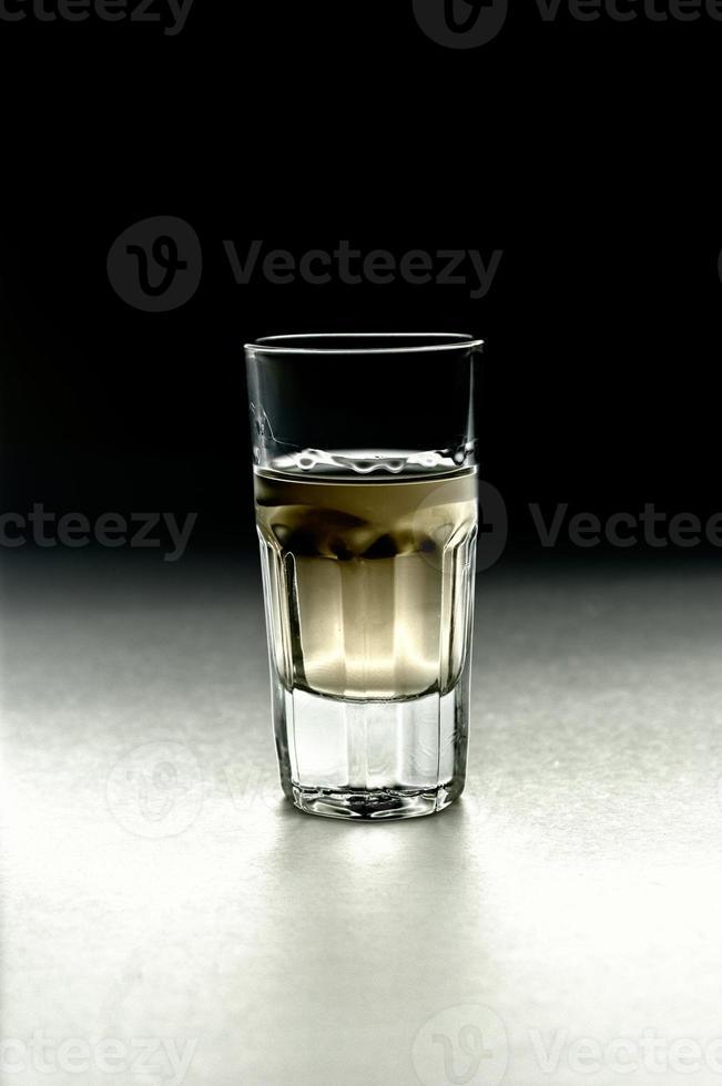 tequila em um copo de shot foto