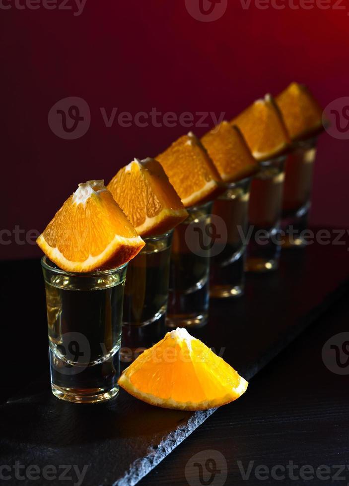 tequila dourada com laranja foto