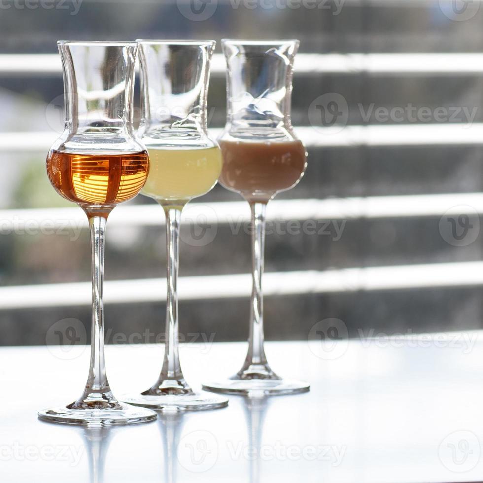 várias bebidas alcoólicas foto