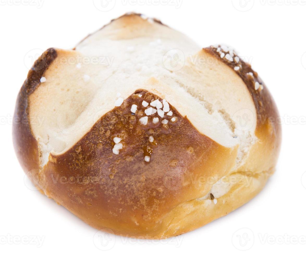 rolo de pretzel com sal (sobre branco) foto