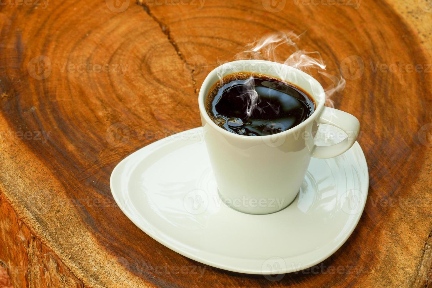 xícara de café em um fundo de madeira. foto