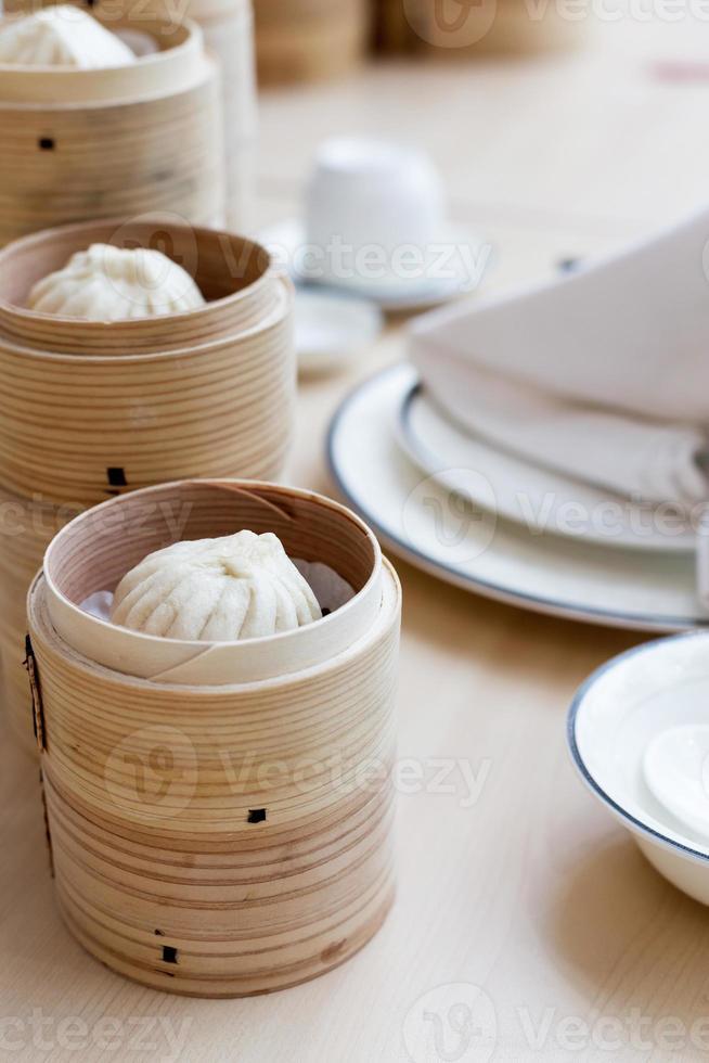 pão chinês cozido no vapor na cesta de bambu foto