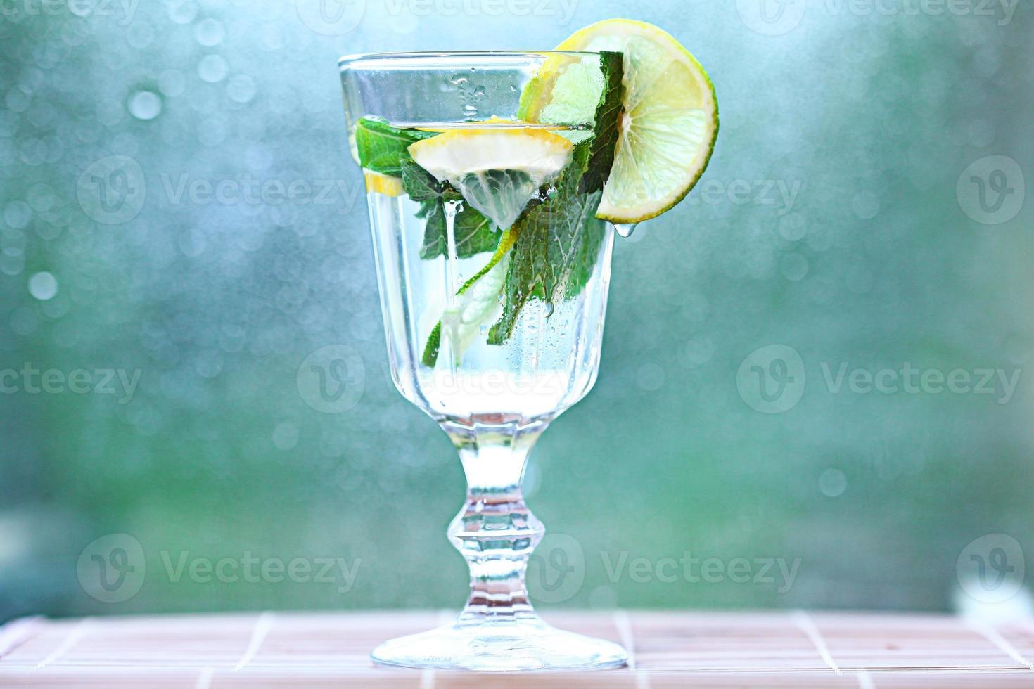 limonada caseira limão menta gelo em um copo foto