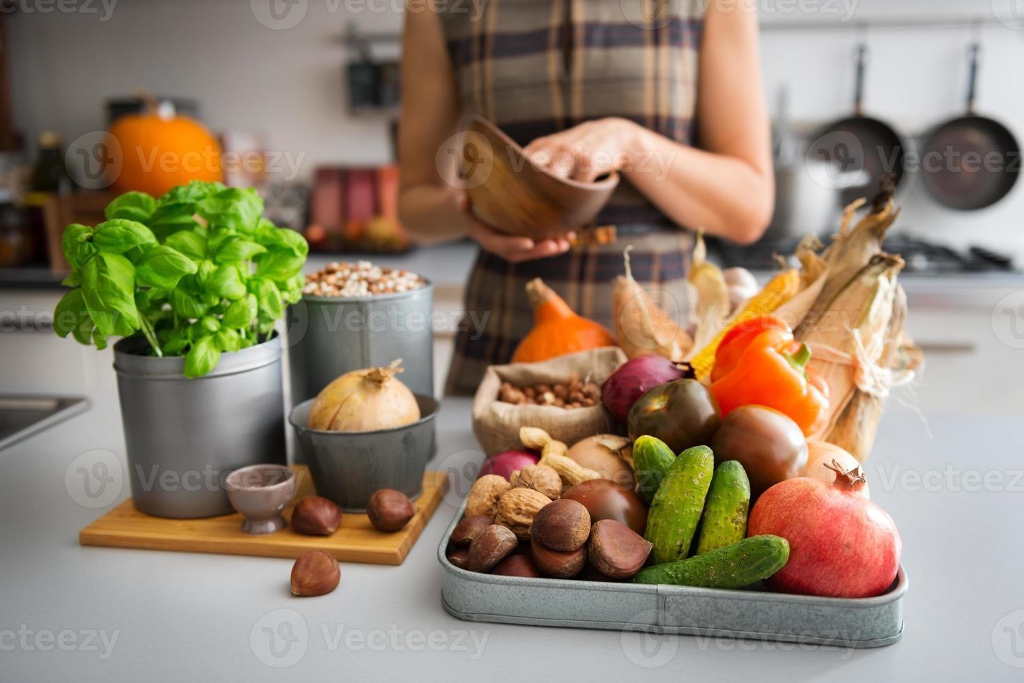 seleção de outono frutas e legumes no balcão da cozinha foto