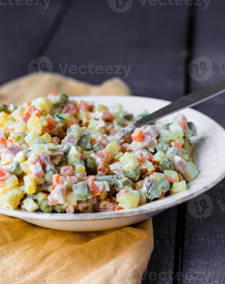 salada olivier com maionese, ano novo foto