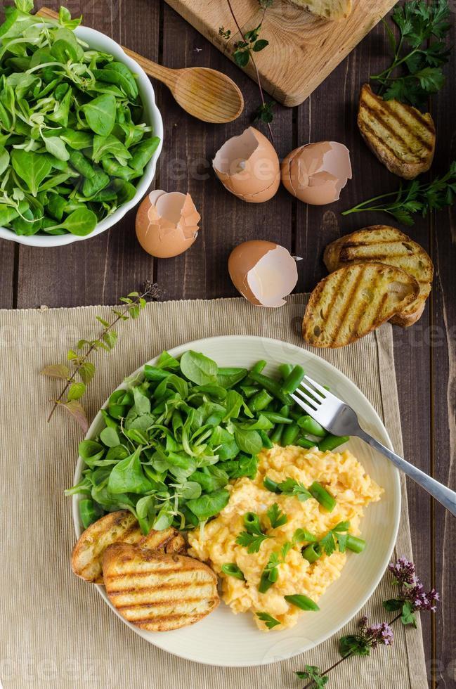 ovos mexidos com salada foto