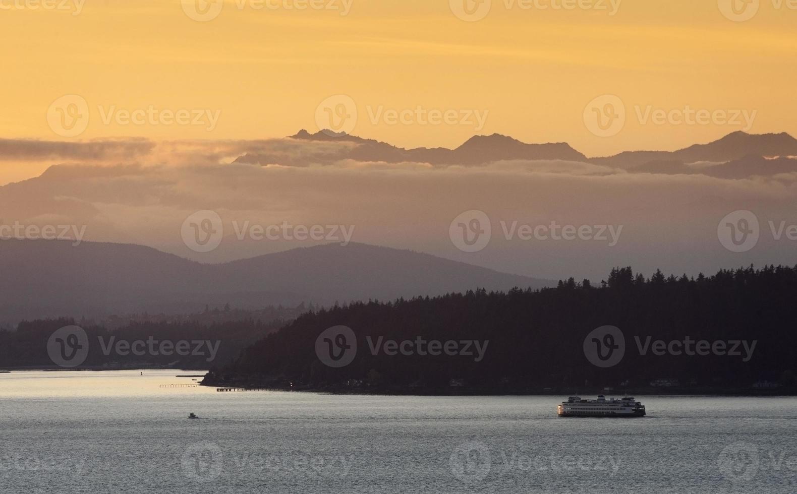 ferry de Seattle ao pôr do sol foto