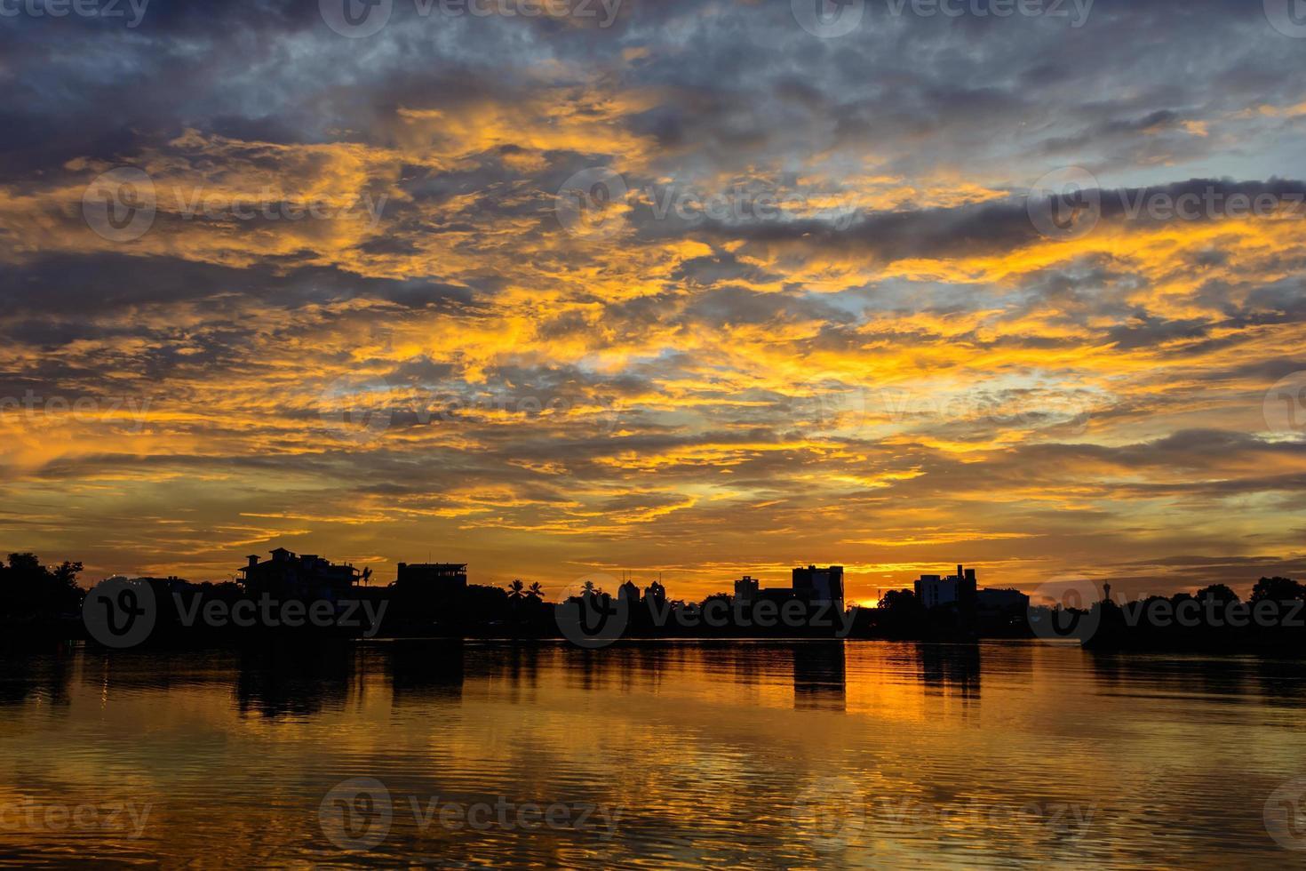 pôr do sol colorido do lago foto