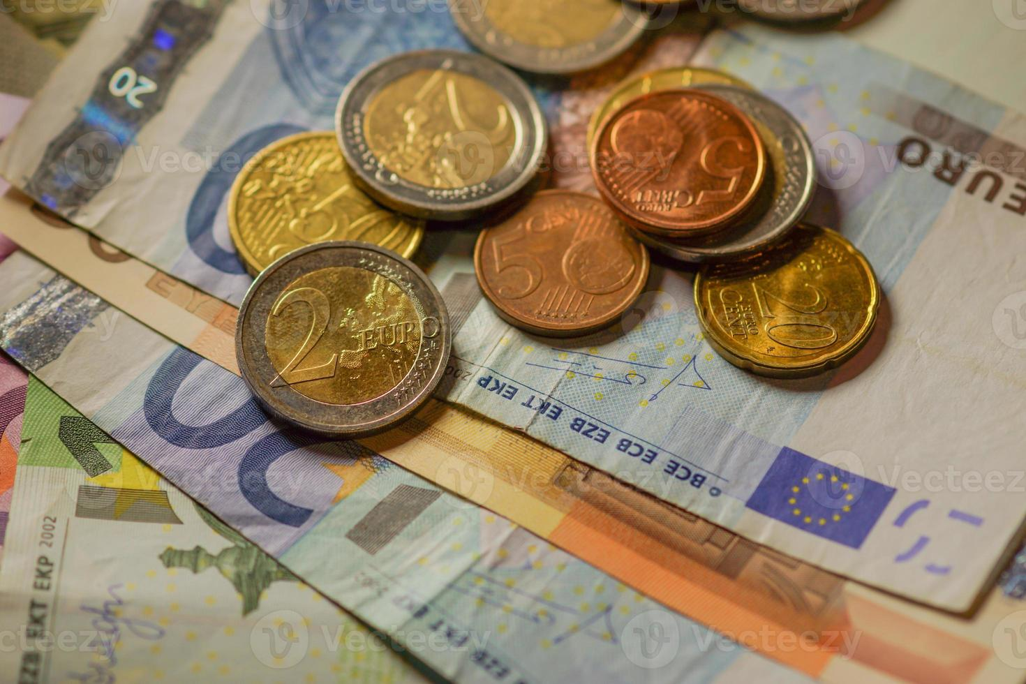 dinheiro de moedas e notas de euro. foto