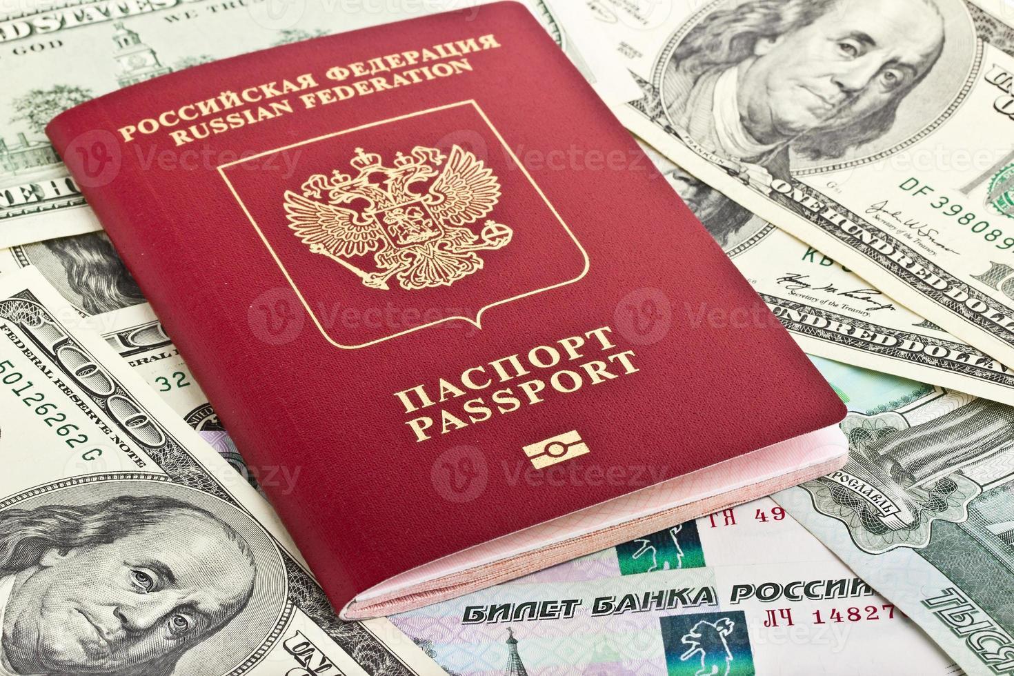 passaporte russo sobre um fundo de dinheiro foto