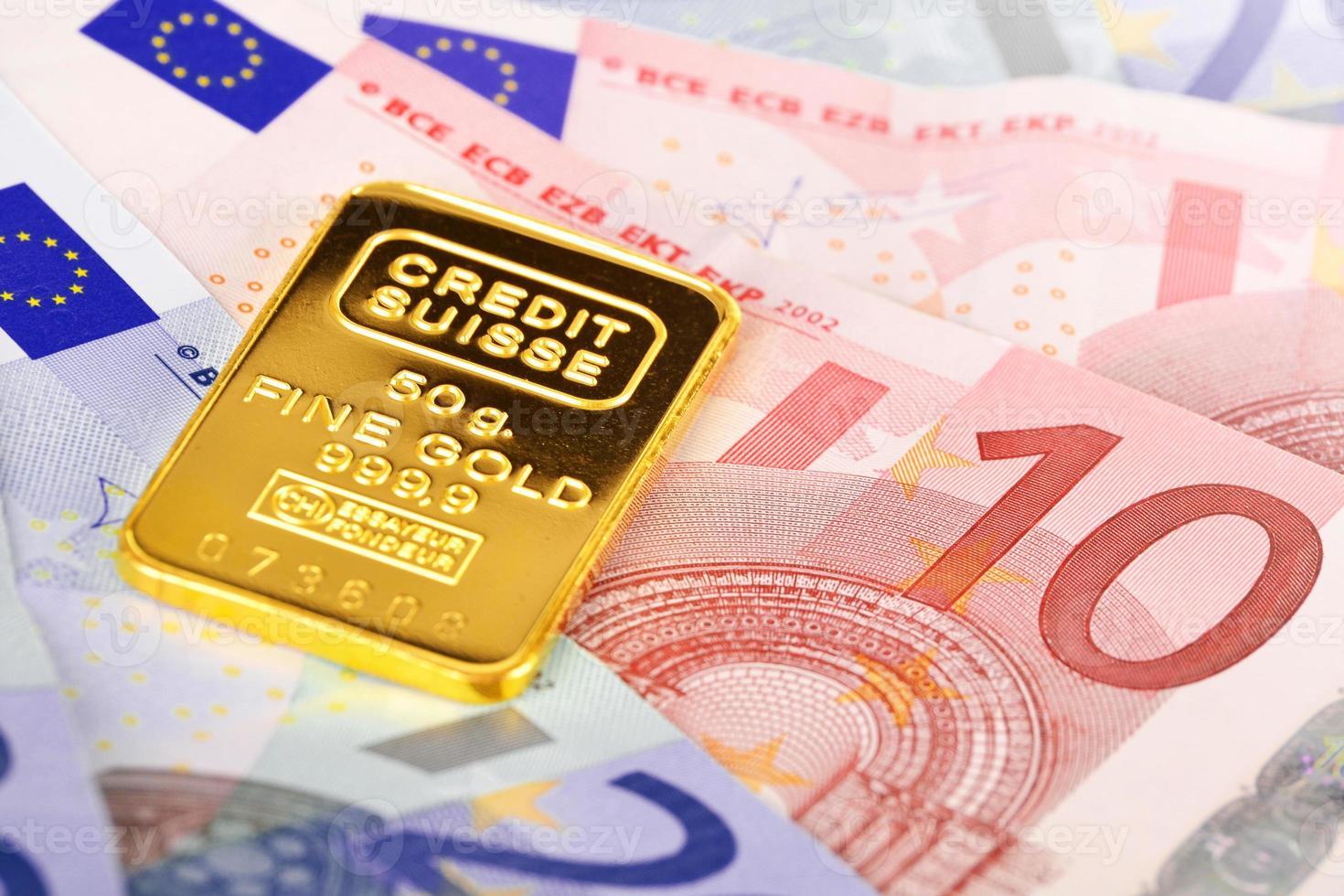 composição com notas de euro e barra de ouro. foto