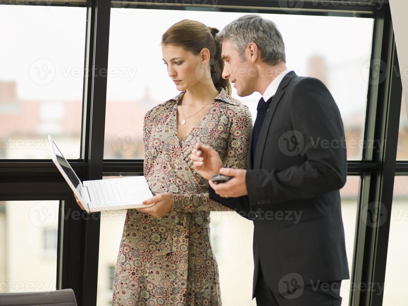 duas pessoas de negócios na sala de reuniões. foto