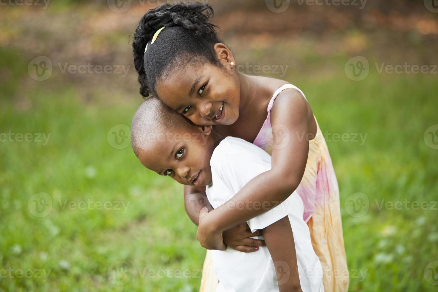 menina abraçando irmãozinho foto