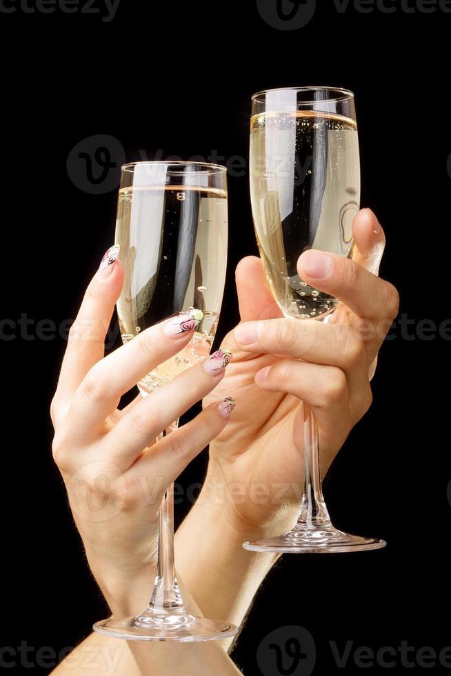 dois copos de tilintar sobre fundo preto. fundo de férias românticas foto