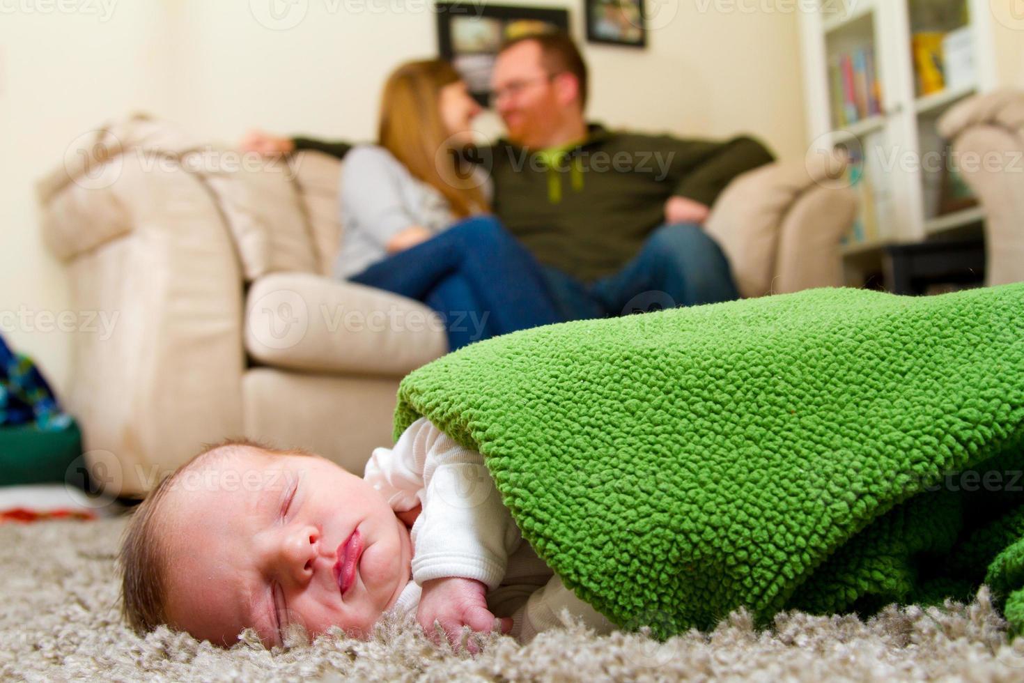 família com menino recém-nascido foto