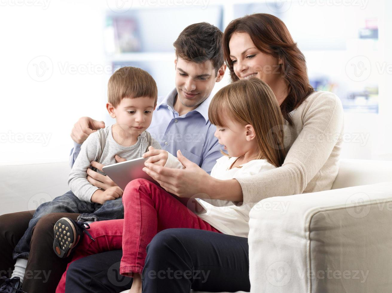 jovem família feliz foto