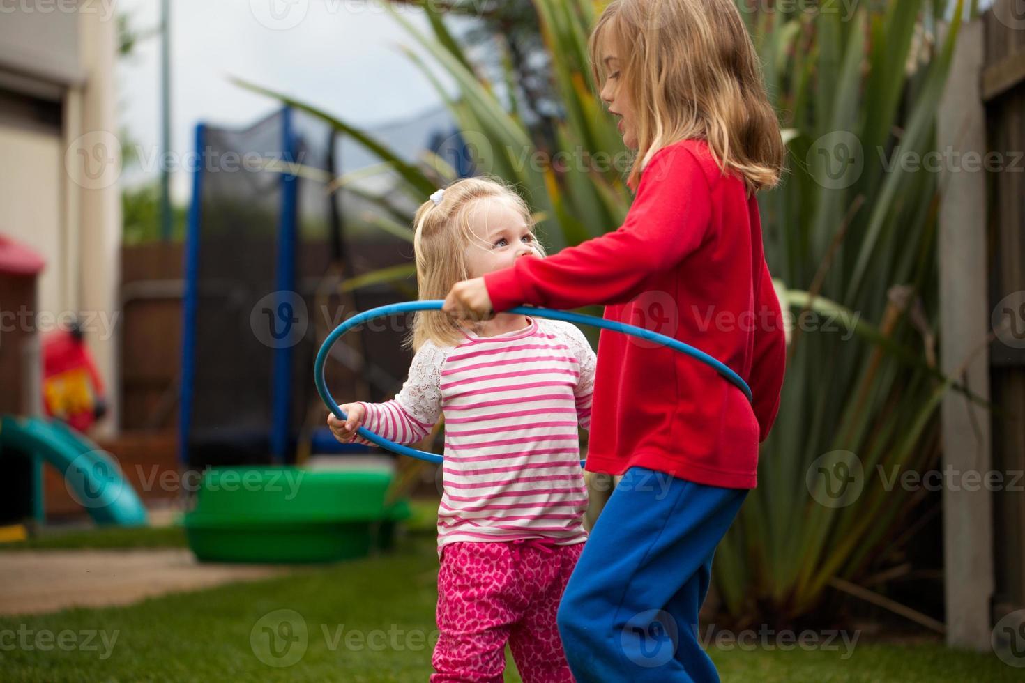 duas meninas em um bambolê foto