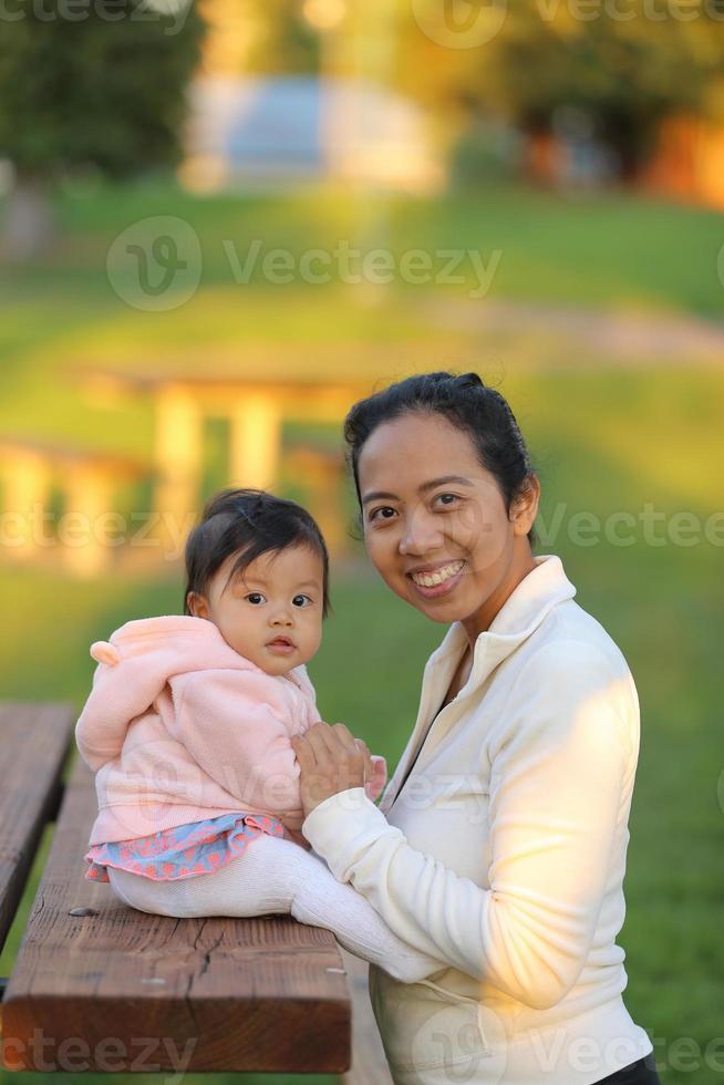 mãe e bebê no parque foto