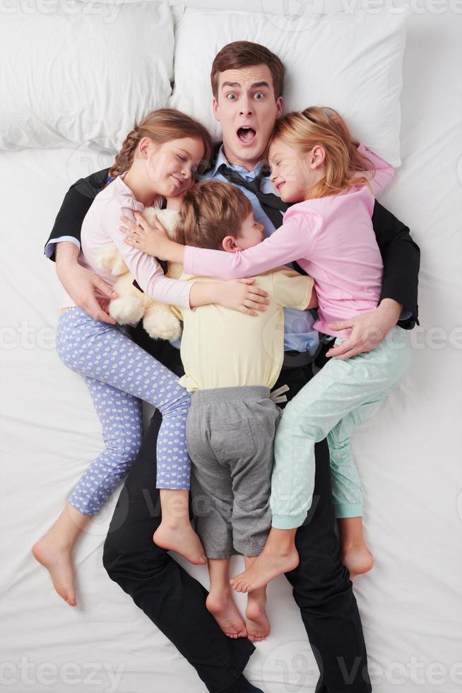vista superior do empresário chocado e seus três filhos foto