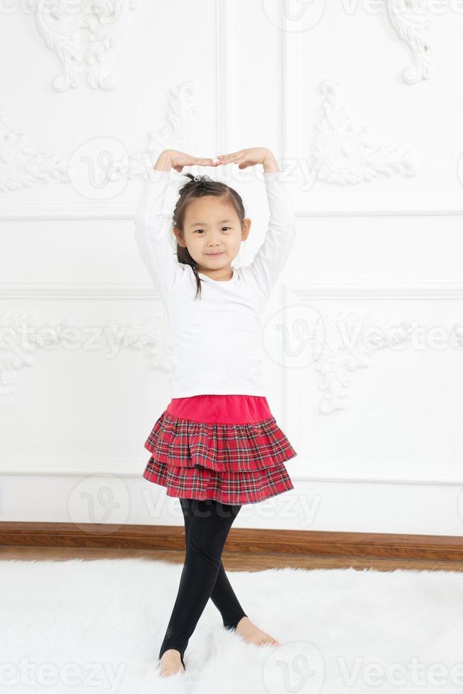 garota praticando dança foto