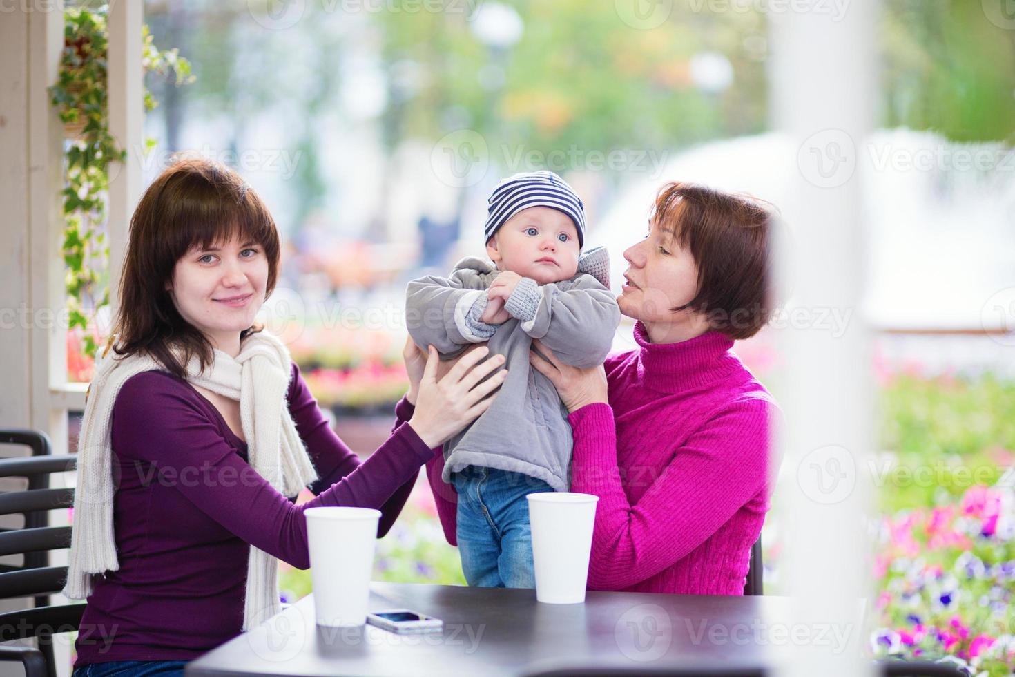 família de três gerações em um café foto