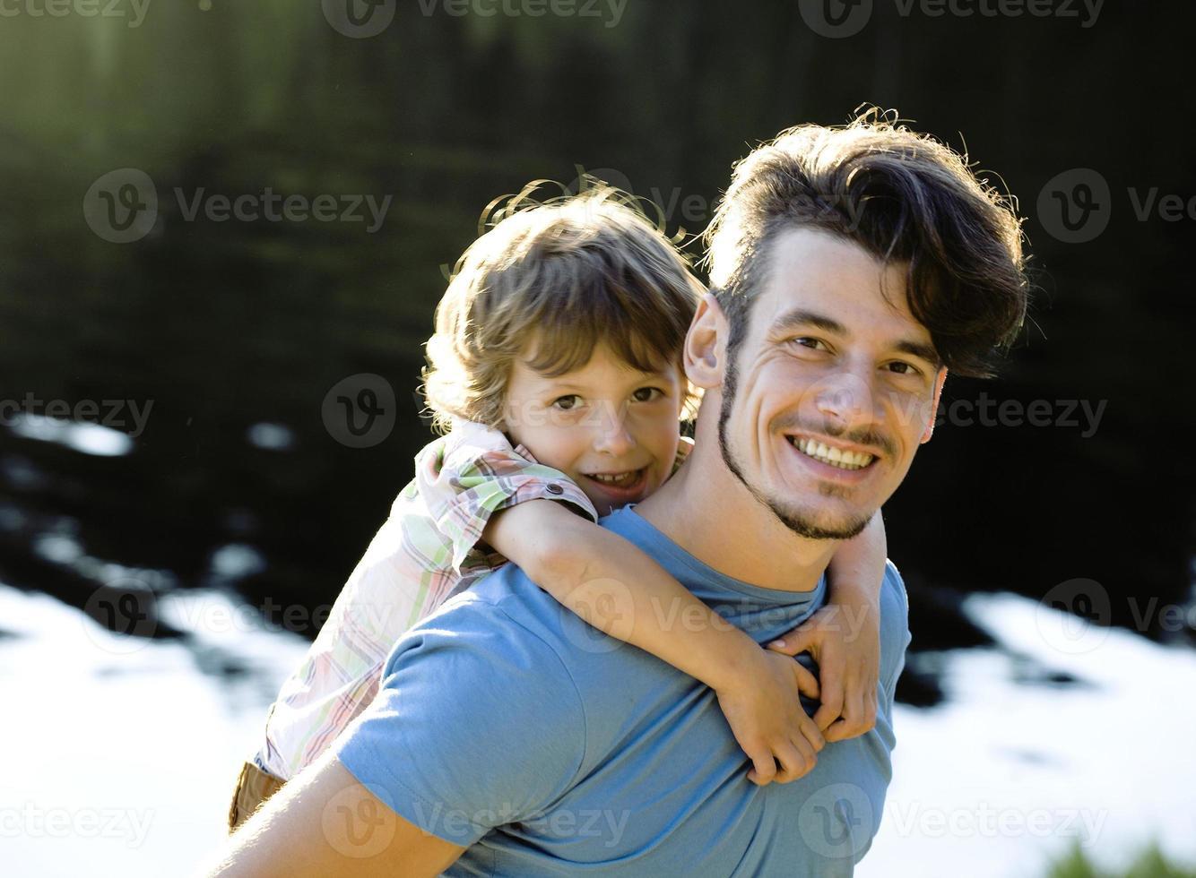 pequeno filho fofo com pai sorridente foto
