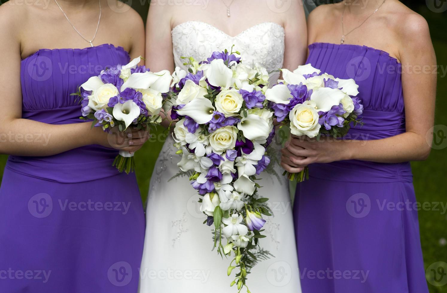 noiva e damas de honra com buquês de casamento foto