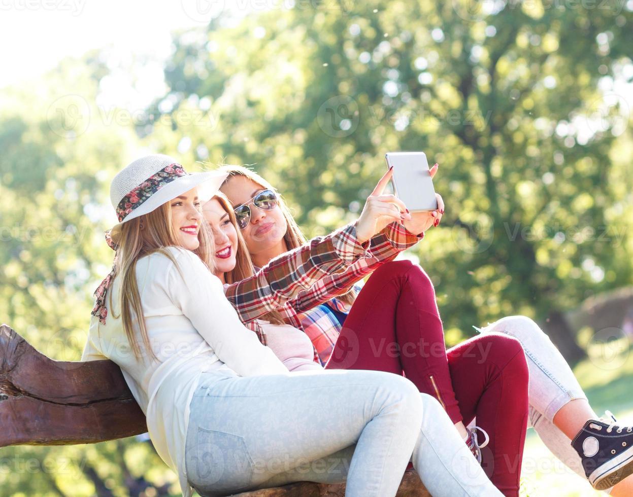 três amigos fazendo selfie foto