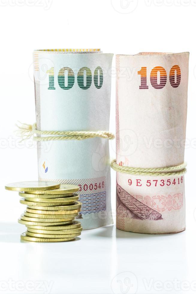 notas de dinheiro tailandês no fundo branco. foto