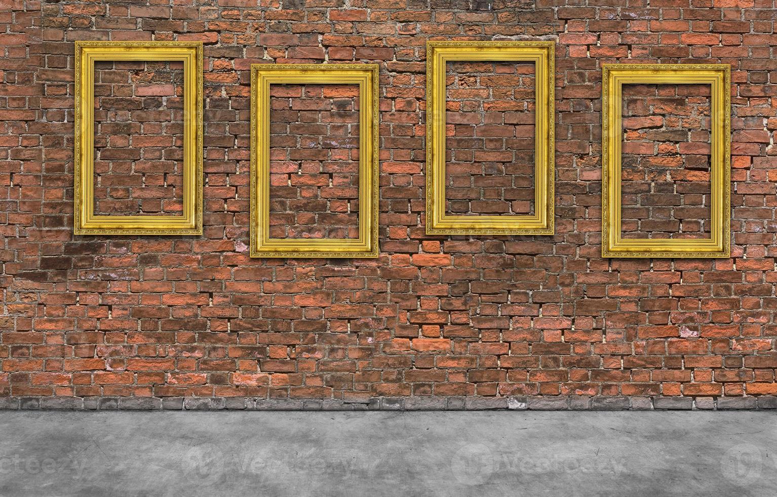 molduras douradas na parede de tijolo foto