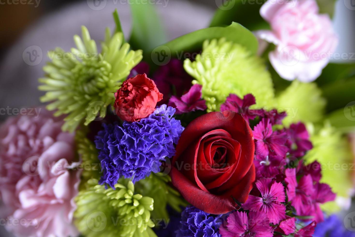 buquês de flores com rosa vermelha foto