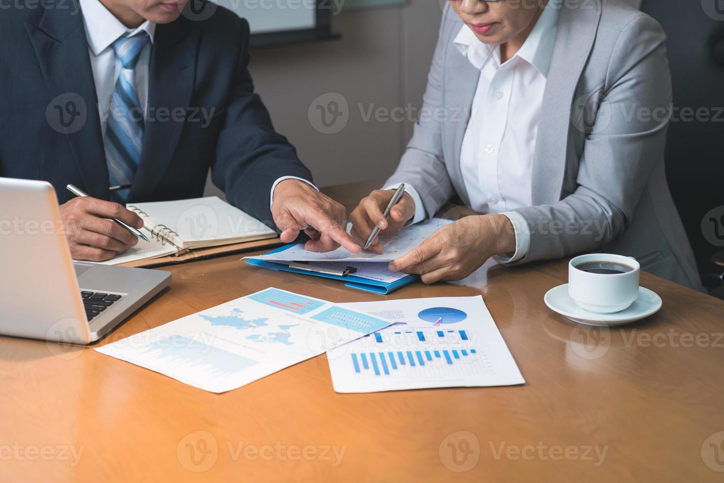 analisando relatórios financeiros foto