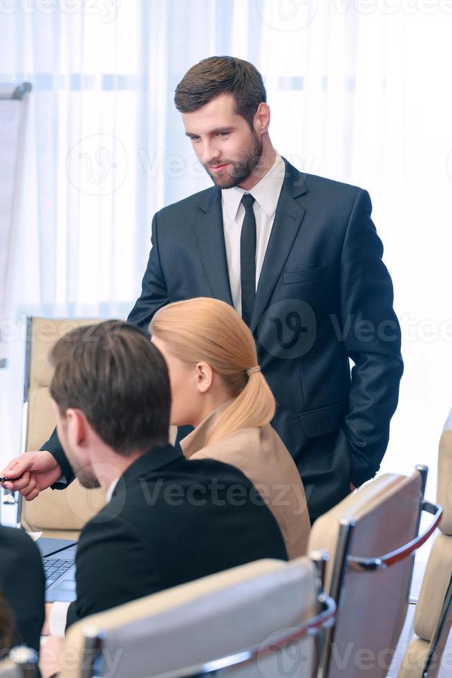 líder de reunião de negócios foto