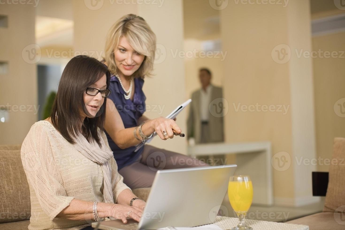empresárias trabalhando no salão foto
