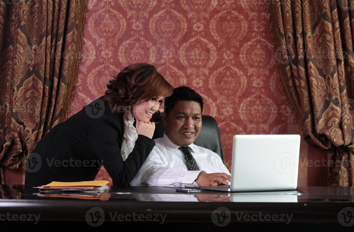 gerente e secretária asiáticos no escritório foto