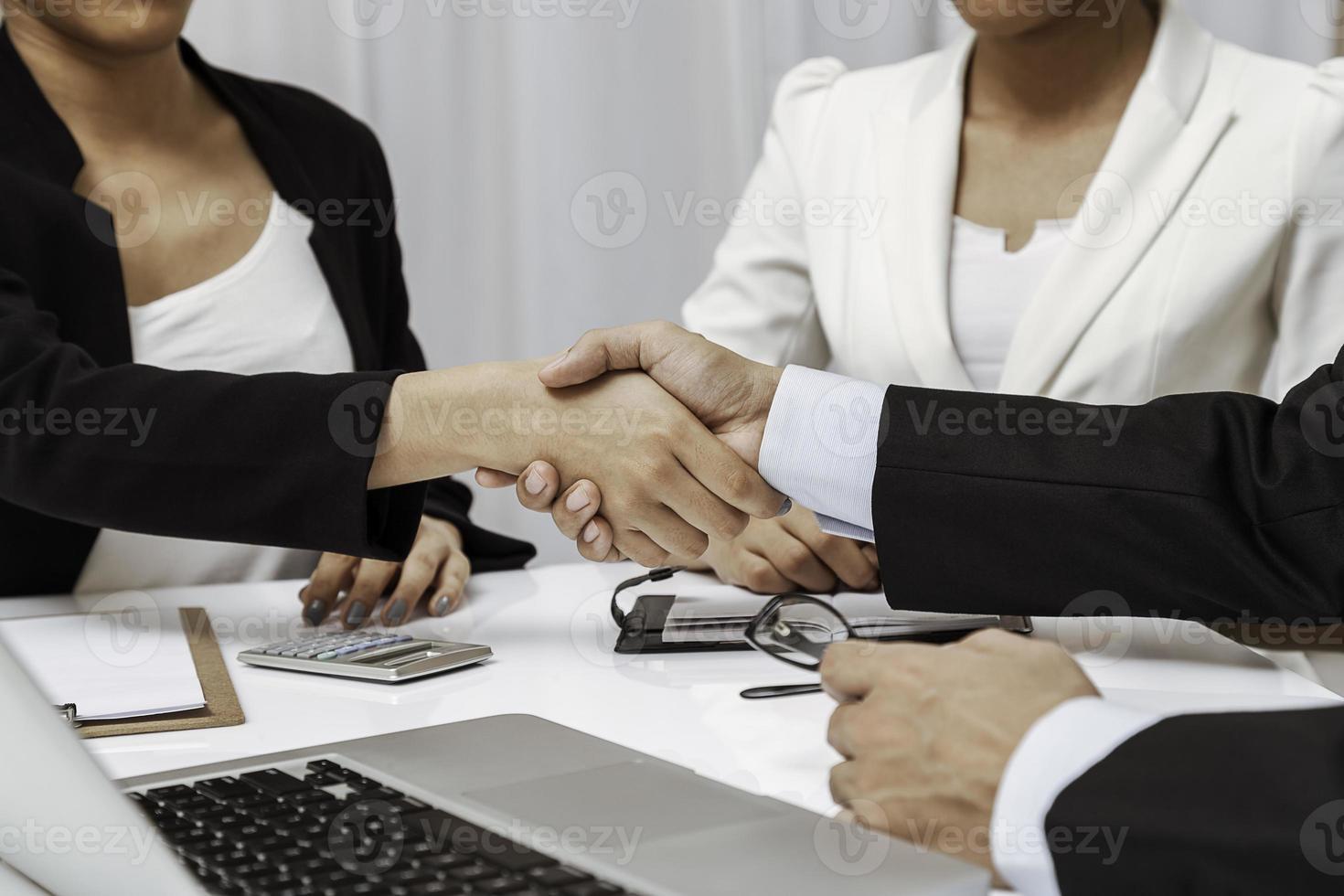 pessoas de negócios, tendo o aperto de mão foto