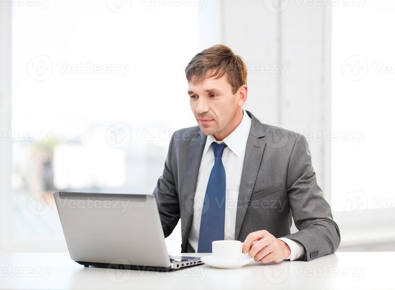 empresário trabalhando com computador portátil foto