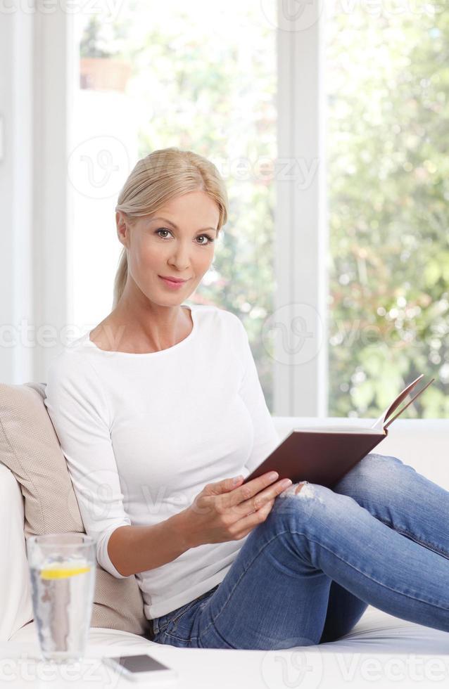 lendo retrato de mulher foto