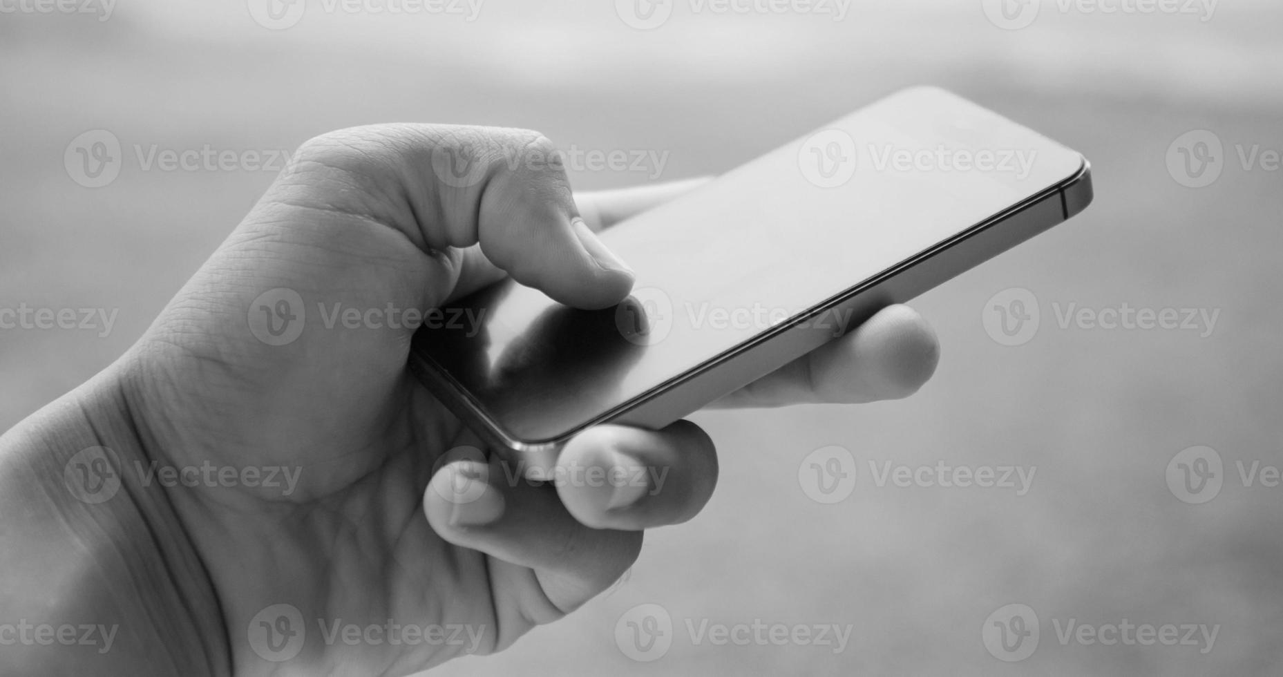 segure e toque no smartphone, imagine em tom preto e branco foto