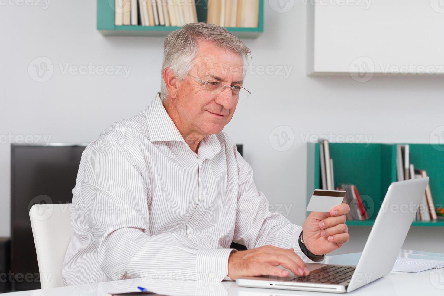 homem maduro fazendo compras online foto