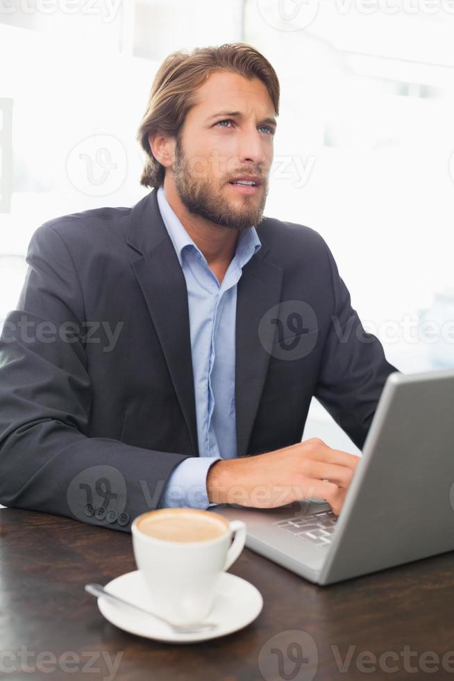 empresário trabalhando em seu laptop foto